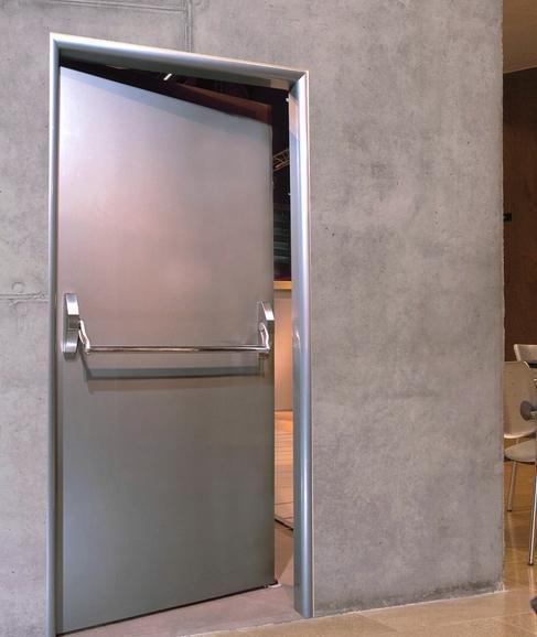 металлическая дверь установка в общественных местах